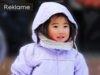 Glad pige i vinterkulde